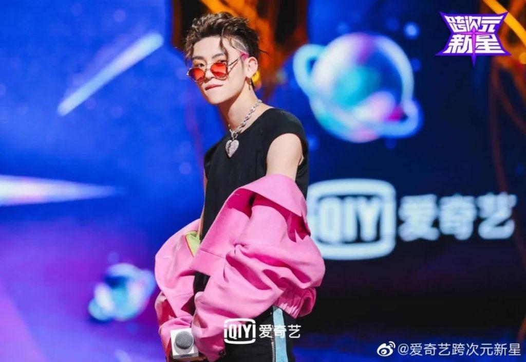 Y2k风格重返时尚舞台,带你打造男生未来金属质感穿搭